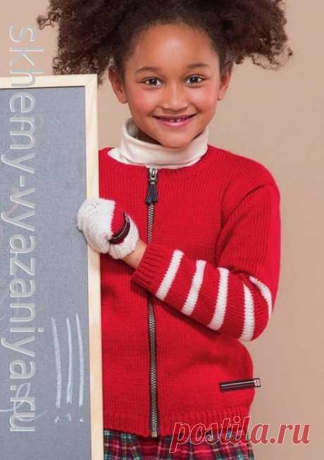 Красный детский жакет на молнии с полосатыми рукавами. Схема вязания спицами и описание.