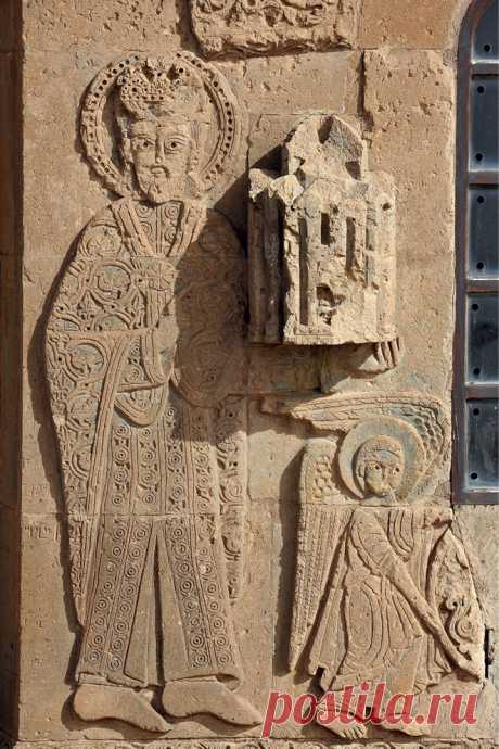 Վասպուրական թագավորության հիմնադիր Գագիկ Ա Արծրունու(գահակալել է 908-943 թթ.) որմնաքանդակը իր կառուցած Վանա լճի Աղթամար կղզու Սբ. Խաչ եկեղեցու (921 թ.) պատի վրա: Relief of King Gagik I Artsruni (reigned: 908-943) who established the Kingdom of Vaspurakan and in 921 erected the Church of the Holy on Lake Van's Island of Aghtamar. Արծրունյաց զինանշանի որմնաքանդակը Վանա լճի Սբ. Խաչ եկեղեցու (921 թ.)վրա: Relief of the Coat of Arms of the Artsruni Dynasty on Lake Van's Church of the Holy Cross. 92