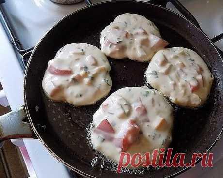 Завтрак-ФУРОР: Оладьи со вкусом пиццы   Моя семья еще никогда не была в таком восторге от завтрака. Это шедеврально, а по своей простоте гениально! Попробуйте, и поймете, о чем я говорю... ))  Ингредиенты:   Кефир (объёмом 250 мл) — 1 стак.  Сыр твердый (моцарелла для пиццы или любой вами любимый сыр) — 70 г  Ветчина (из индейки, любая вами любимая или колбаса) — 100 г  Мука пшеничная / Мука (объёмом 250 мл) — 1 стак.  Соль — 0,5 ч. л.  Сахар (можно 1 ч л, по вкусу) — 0,5 ...