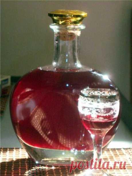 Смородиновый ликер    Рецепт вкуснейшего смородинового ликера. Вас порадует, и вкус, и аромат, и цвет.Для смородинового ликера нам понадобится:- один килограмм ягод смородины- один литр водки- один литр воды- 400 грамм …