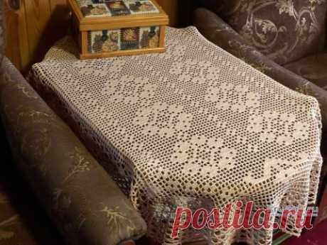 Салфетка — дорожка в технике филейного вязания. Работа Надежды Борисовой