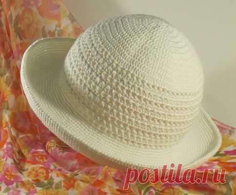 Los sombreros de señora veraniegos por el gancho