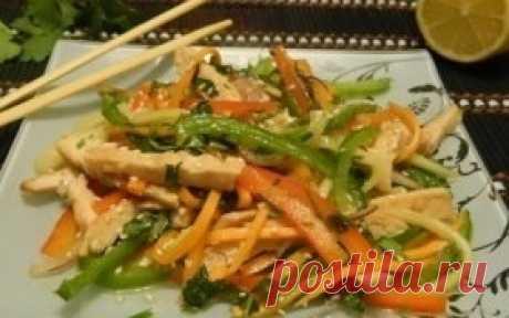 Куриный тайский салат  Ингредиенты: Куриное филе —1Штука Перец сладкий —1,5Штуки(1 красный(желтый) и 1/2 зеленого) Морковь —1Штука Лук фиолетовый —1Штука Огурец —1-2Штук Кинза —5Штук(веточек) Мята —1Штука(веточка) Имбирь сухой —1Чайная ложка Мед —1Ст. ложка Масло оливковое —1-2Ст. ложек Перец красный молотый —1/3Чайных ложки Соевый соус —3-4Ст. ложек(1 ст.л - для соуса, 2-3 - для маринада) Чеснок —2Зубчика Кунжут —1Ст. ложка Со...