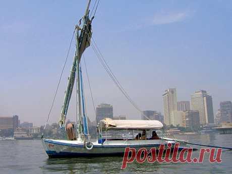Плыла по Нилу фелюга Выбравшись из Каира и продвигаясь на юг, я старался не удаляться от Нила. Впрочем, это у меня и не получилось бы. Вдоль Нила дорог много. По правому и