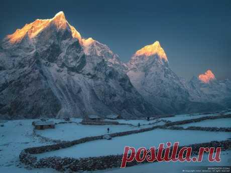 Поселок Дюса (4 500 м). Национальный парк Сагарматха, Непал. Пики слева направо: Табоче (6 367 м), Чоладзе (6 335 м), Аракамтзе (6 423 м) и Восточная Лобуче (6 119 м). Автор фото: Антон Янковой.