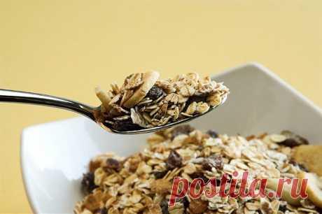 Домашняя мюсли (гранола) легко и просто готовятся,   в отличие от магазинной, не содержит вредных добавок, лишнего сахара и гидрогенизированных жиров.
