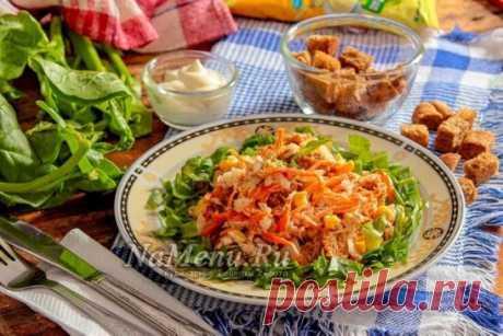 ⁃морковь крупная – 1 шт.; ⁃чеснок – 2 дольки; ⁃приправа для корейской моркови – 1 ч. л. с горкой; ⁃перец чили – 2-3 щепотки; ⁃уксус 6% - 1 ст. л.; ⁃соль – по вкусу; ⁃сахар – 0,5-1 ч. л; ⁃масло растительное – 2 ст. л.; ⁃отварное куриное филе – 150 г; ⁃репчатый лук – 1 головка; ⁃консервированная кукуруза – 3-4 ст. л.; ⁃ржаные сухарики кириешки – горсть; ⁃черный перец молотый – 1-2 щепотки; ⁃