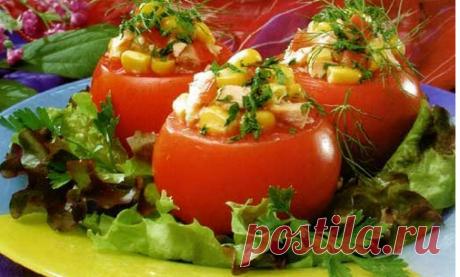 Los tomates rellenados es muchas recetas para todos los gustos