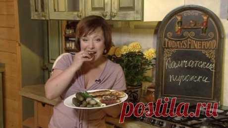 Камчатские пирожки:  картофель  3 шт творог  200 г мука  200 г яйцо  1 шт соль  1/4 ч. л разрыхлитель  1 ч. л сахар  1 ч. л  Начинка: куриная печень  400 г луковица  2 шт яйцо  2 шт соль перец. Обжарьте на сковороде с растительным маслом мелко нарезанный лук. Как только лук станет мягким, добавьте печень, нарезанную небольшими кусочками. Хорошо посолите и поперчите. За несколько минут до готовности выложите измельченные отварные яйца.