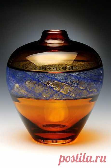 ... «Merletto в голубом», созданная Дэвид Расселл - Золотое Янтарное стекло. Автор использует метод incalmo для демонстрации центрального синего окна, работает в шаблоне merletto.