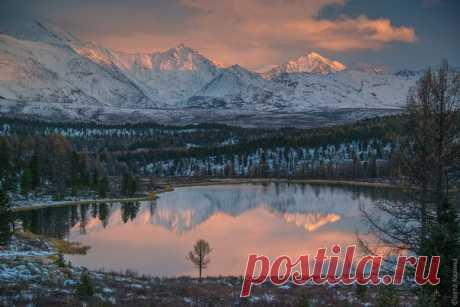 Последние лучи солнца на озере Киделю, Алтай. Автор фото — Светлана Казина: