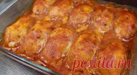 Котлетки просто на «Ура» Простой и очень удачный рецепт! Продукты: 600 г куриного фарша луковица хлеб сметана соль и перец по вкусу специи томатная паста сметана растительное масло Подробное приготовление котлет смотрите в