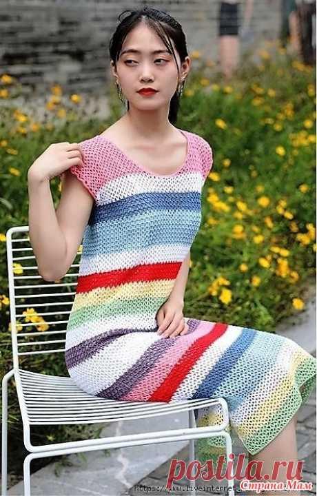Летнее платье в разноцветную полоску. Это платье в разноцветную полоску доступно даже начинающей вязальщице.Оно имеет простой прямоугольный силуэт и выполняется очень простым узором.Если вы хотите обновку к летнему сезону с которой не