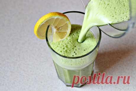Смузи со шпинатом, имбирем и ананасовым соком. Этот напиток невероятно освежает, приводит в тонус и бодрит. А еще в нем уйма витаминов, к тому же он очень вкусный и полезный.