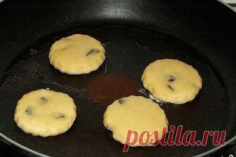 """Печенье домашнее на сковороде. Печенье домашнее на сковороде. Ингредиенты: -Мука — 250 Грамм -Разрыхлитель — 1 Чайная ложка -Сливочное масло — 120 Грамм -Сахар — 100 Грамм -Яйцо — 1 Штука -Молоко — 1 Ст. ложка -Молотая корица — 2/3 Чайных ложки -Оливковое масло — - По вкусу (для жарки) -Изюм — 1/4 Стакана Как приготовить """"Печенье домашнее на сковороде"""" В удобное глубокое блюдо просеиваем муку, разрыхлитель, соль, сахар, положить туда масло и растереть руками до крошек. В т..."""