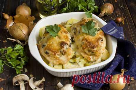 Мясо по-французски из курицы с шампиньонами и картофелем — сытное и недорогое горячее блюдо к домашнему обеду или ужину, на приготовление которого не понадобится много времени