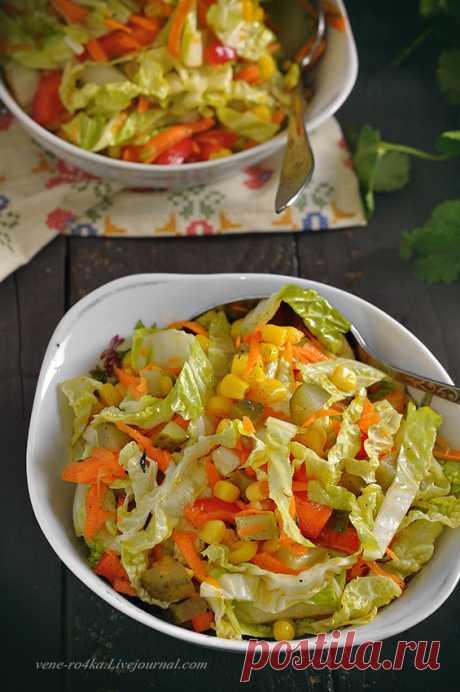 Салат из пекинской капусты и кукурузы. Свежий, хрусткий, сочный и лёгкий салат. К обеду/ужину прекрасно, а почему бы и гостям его не подать? К запеченному мясу будет отлично! Что нужно: Китайская капуста…