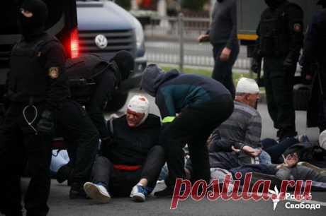 """МБХ Медиа on Twitter: """"Раненые во время задержаний у стелы протестующие. Фото: Радыё Свабода — Беларусь"""