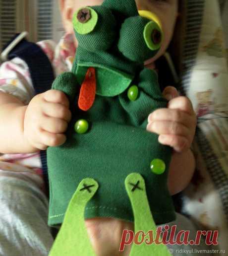Шьем лягушонка для малыша Хочу с вами поделиться как легко и просто сделать игрушку для развлечения маленьких детей. Если есть старший ребенок, то он с удовольствием может делать ее с маминой помощью!