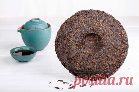 Пуэр – самый дорогой чай в мире Чай пуэр известен густой консистенцией, тёмным насыщенным цветом и очищающими свойствами. Он отличается от других чаёв тем, что со временем он не теряет, а наоборот, усиливает аромат и вкус, как хорошее вино …