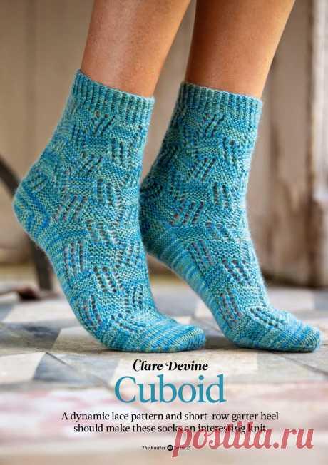 Вязаные ажурные носки Cuboid, The Knitter 75 Вдохновленные кубической архитектурой, носки выполняются смелой и легкой для запоминания ажурной сеткой. Вязание носков спицами выполняется сверху вниз. Блоки выстраиваются один над другим, формируя забавные, комфортные и удобные ажурные носки. Быстрая и легкая платочная вязка на пятке прекрасно сочетается с кружевной сеткой.