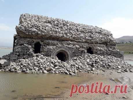 """Սուրբ Հռիփսիմե եկեղեցի, Տոլորս, Սիսիան 1971֊ից ,երբ Տոլորս և Աշոտավան գյուղերի տեղում կառուցվել է ջրամբար, եկեղեցին ջրասույզ է։  Մեսրոպ Մաշտոցի (V դար) """"Ծով կենցաղոյս"""" շարականը կատարում է Hasmik Baghdasaryan DolukhanyanԳործիքավորումը՝ Vahan Artsruni: Շարականը՝ Arshak Adamian Յութուբյան էջից։  Լուսանկարները Ալվարդ Ավետիսյանի  https://www.facebook.com/100001435749406/videos/31274.."""