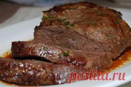 Говядина в рукаве: 4 простых и вкусных рецепта  Мясо в рукаве – это просто и вкусно, в этой подборке смотрите вкусные рецепты запекания говядины в рукаве. Говядина иногда может получаться суховатой – в этом главный недостаток этого мяса. Конечно, этого можно избежать, если готовить это мясо в соответствии со всеми рекомендациями, но еще проще – приготовить говядину в рукаве, и тогда она точно не будет сухой или не очень вкусной.   Рецепт первый: Говядина в рукаве с чесноко...