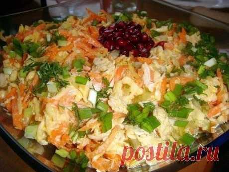 """Салат """"Лисичка""""  Простой, но очень нежный и вкусный салат  Ингредиенты:  -2 филе куриной грудки -3 маринованных огурца -200гр. корейской моркови -200гр. сыра -2 зубчика чеснока -майонез -зелень.  Приготовление:  Филе отвариваем в подсоленной воде,затем нарезаем полосочками (или разбираем руками на волокна). Огурцы также нарезаем полосочками,сыр на крупной терке. Смешиваем филе.сыр,огурцы и морковь,добавляем выдавленный через пресс чеснок и заправляем майонезом."""