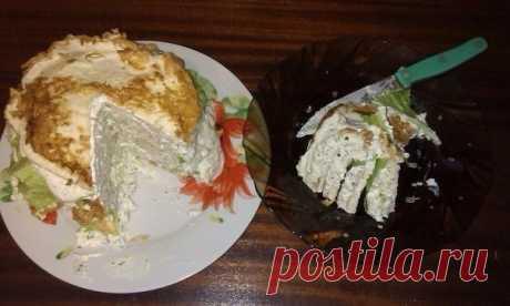 БЕЛКОВЫЙ ТОРТ (торт просто грандиозный)  Ингредиенты:  • белки яиц – 8 шт, • яйцо целое – 1 шт,  • филе куриное – 800г,  • творог нежирный – 500г,  • кефир нежирный – 50г, • петрушка – 10г,  • укроп – 10г, • листья салата – 100г  • чеснок – 4 дольки, соль, перец.  Способ приготовления:  1. Взбиваем белки + 1 яйцо, добавляем соль, перец. Выпекаем, как блины на сухой тефлоновой сковороде. Блинчики будут лучше отходить от сковороды, если их делать толще. (если делать коржи то...