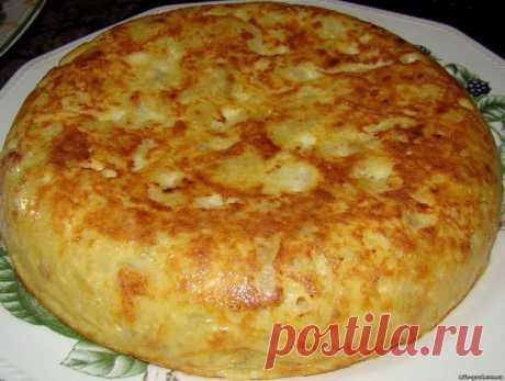 Испанская тортилья Испанская тортилья В последнее время все чаще на обед готовлю tortilla de patatas (испанскую версию омлета, с припущенными на оливковом масле луком и