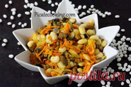 Пісний салат з квасолею та печерицями Багатий як смаком, так і консистенцією, пісний квасолевий салат з печерицями, хрусткими грінками, часником та морквою.