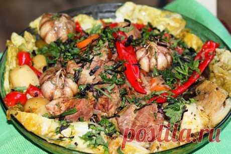 ДОМЛАМА  Домлама -  блюдо узбекской кухни необычайно ароматное и яркое. Домлама состоит из мяса и овощей томленых в собственном соку. С приготовлением долмамы справится даже начинающий кулинар. Все что от Вас потребуется это нарезать и сложить мясо с овощами в казан. Это блюдо прекрасно подойдет для большой компании.