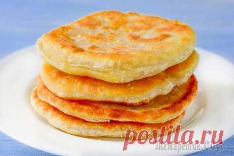 Лепешки с сыром на сковороде По данному рецепту лепешки готовятся на воде с сыром. Получаются они очень хрустящими и вкусными.Ингредиенты:мука – 400 гсоль – 1 ч.л.масло растительное – 3 ст.л.вода – 250 млсыр твердый – 100 гПригот...