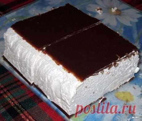 Птичье молоко  Вам потребуется: Для торта: 2 пакета желатина (по 8 г) 1 стакан молока 1 стакан сахара 450 г сметаны 450 г охлажденных взбитых сливок растительное масло для смазывания формы  Для глазури: 5 столовых ложек какао-порошка 5 столовых ложек сахара 1 пакет желатина (8 г) 5 столовых ложек молока 1 стакан холодной воды  Приготовление:  1. В небольшой кастрюле смешайте 2 пакетика желатина с 1 стаканом молока. Поставьте на средний огонь и взбивайте, когда от молока по...