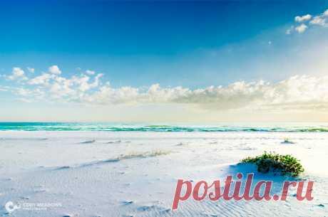 Чистый белый песок на Пенсакола-Бич, Флорида, США