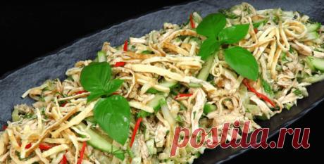 """Салат с яичными блинами """"Паутинка"""".  Рекомендую приготовить вкусный салат с яичными блинами. Салат легкий, свежий, сытный и готовится без майонеза."""
