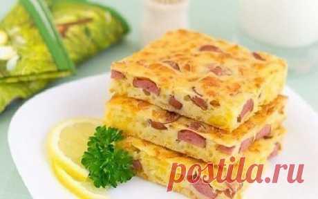 Вкусный пирог с сыром и сосисками на завтрак на всю семью  Ингредиенты:  - кефир - 250 мл. - мука пшеничная - 150 гр. - яйцо куриное - 2 шт. - сыр твёрдый - 200 гр. - сосиски - 200 гр. - разрыхлитель - 1 ч. л. - соль - по вкусу Приготовление:  1. Сыр натерет…