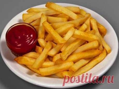"""Картофель """"фри"""" (без жира и масла).    Хрустящий, ароматный, но совсем без жира. Готовиться просто и не хлопотно, а результат великолепный. Спешу донести в массы.    Для приготовления картофеля на 2 персоны необходимо:  -4 большие картофелины  -2 белка  -соль, перец, специи по вкусу    Взбить белки с солью в глубокой миске. Картофель очистить, нарезать соломкой, обмакнуть в белки. Выложить на противень и запекать при 200 градусах до золотистого цвета. Перед подачей приправ..."""