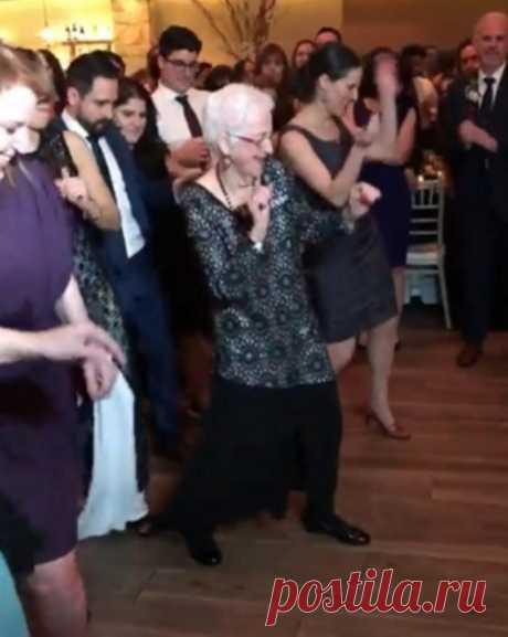 96-летняя танцующая женщина привлекла к себе внимание на свадьбе восхитительными движениями (видео)