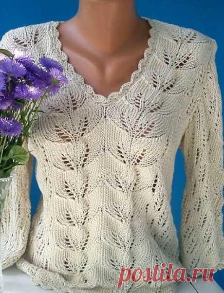 Пуловер классического фасона связан двумя разными узорами.