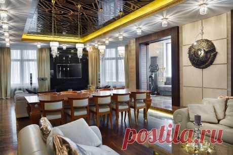 Шикарная гостиная в стиле Арт-Деко. Черный потолок, бежевые цвета и золотой четко вписываются в сам интерьер квартиры. Элегантная квартира.