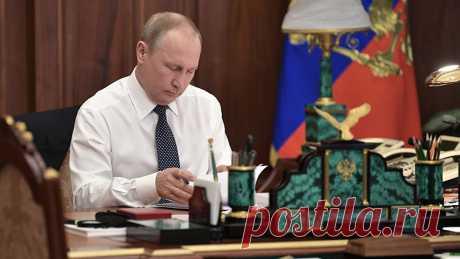 «Одна из самых ключевых социальных проблем»: Путин рассказал о причинах стагнации реальных доходов россиян Реальные доходы россиян прекратили рост из-за почти двукратного падения цен на энергоносители. Об этом заявил президент Владимир Путин. По его словам, это одна из ключевых социальных проблем, разрешения которой граждане страны «не могут ждать годами». При этом глава государства подчеркнул, что нефтезависимость национальной экономики снижается постепенно, её нельзя пре...