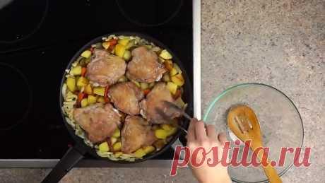 Картошка с курицей в сковороде в медово-соевом маринаде