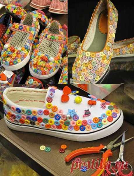 Идея: украшаем обувь разноцветными пуговками