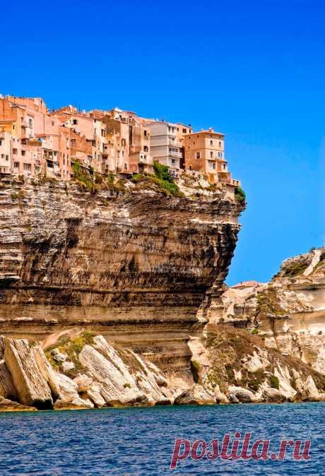 Estas casas están directamente cerca de la rotura. Bonifacho, la Corsega, Francia