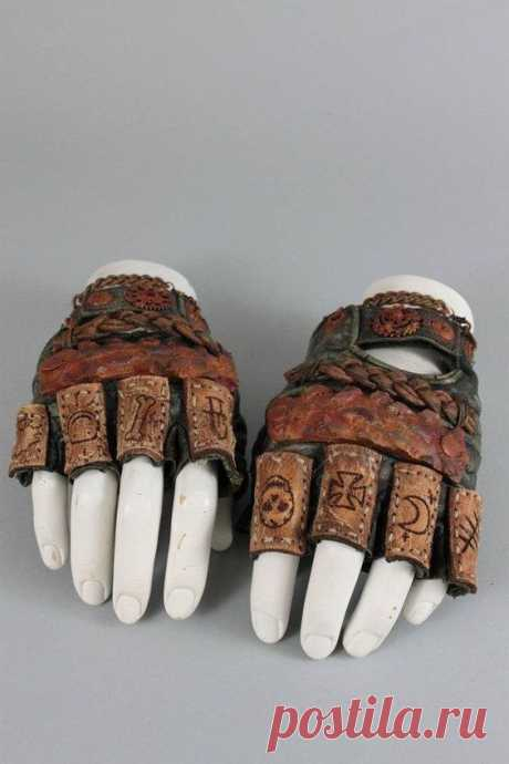 Необычные перчатки краги