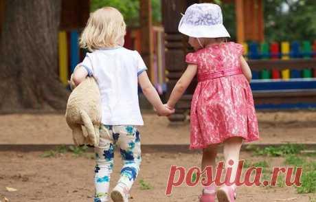 Как научить ребёнка дружить? Не все люди рождаются с интуитивным знанием, как создавать и сохранять близкие эмоциональные связи, поэтому дружбе тоже нужно учиться. В этом, как и во многом другом, детям нужен взрослый, который пок...