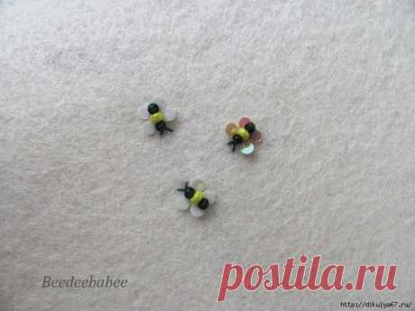 Крошечная пчелка из блесток и бисера