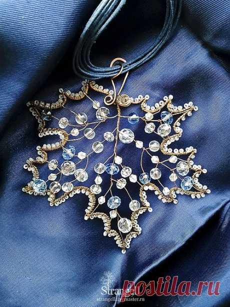 """El pinjante grande """"Морозный Клён"""" el cobre, el cristal - azul, azul oscuro, el arce"""