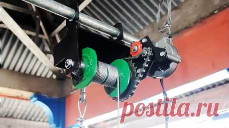 Электролебедка из автомобильного стеклоочистителя и велосипедной втулки Для поднятия тяжестей на большую высоту можно сделать электролебедку из моторедуктора привода стеклоочистителя. Она эффективно справляется с грузами в пределах 150 кг. Ее можно применять для поднятия стройматериалов на крышу, съема малолитражных двигателей из авто и т.д.Материалы:моторедуктор